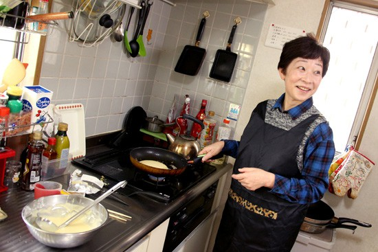 Cooking with Yoshiko - teaching Yoshiko to flip pancakes Australian style!
