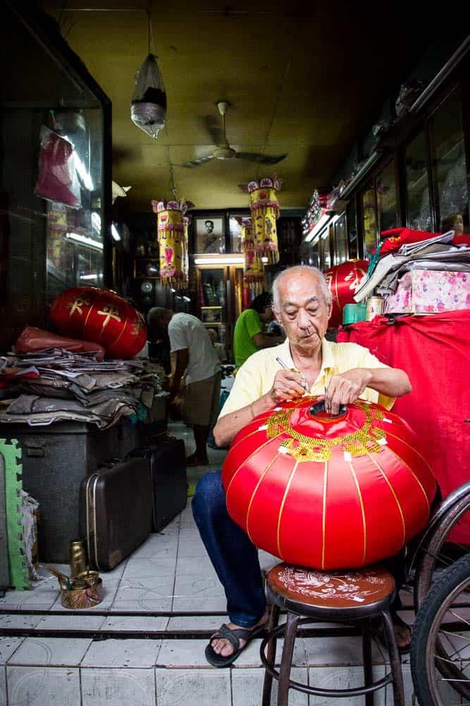 Tantalising Thailand. The lamp decorator. Travel Photography. Street Wanders.| wandercooks.com