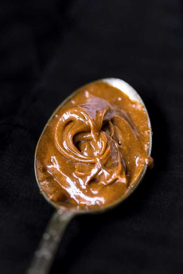 A swirl of speculoos spread on a spoon.