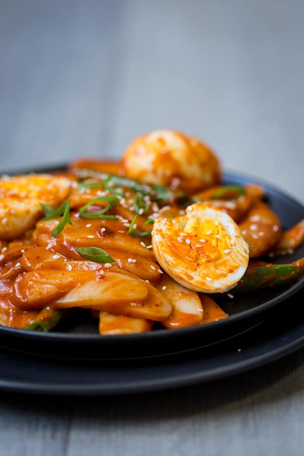 Korean Tteokbokki - These spicy rice cakes are a dinner treat to warm up the whole house! Chilli flakes and gochujang are the secret to this fiery morsel. | wandercooks.com