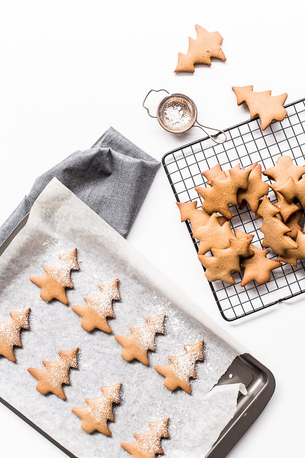 Sparkling Red Wine Gingerbread Cookies - Spices in gingerbread and mulled wine go hand-in-hand, so why not mix them together? This decadent biscuit is going to win your Christmas dinner this year.
