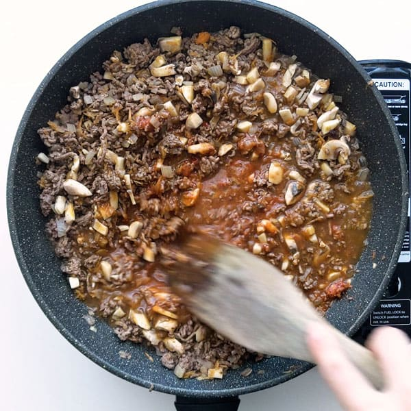 Mixing the gravy into the meat filling.